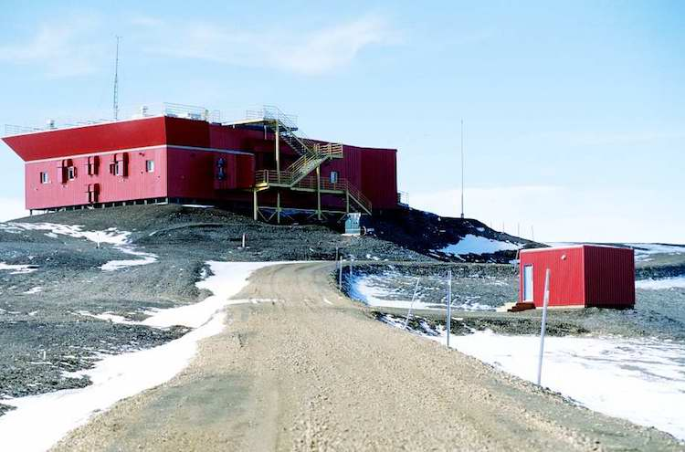 Photo: Astro-Lab (Arctic Stratospheric Ozon Observatory) near Eureka Weather Station (Nunavut, Canada). Credit: Wikimedia Commons.