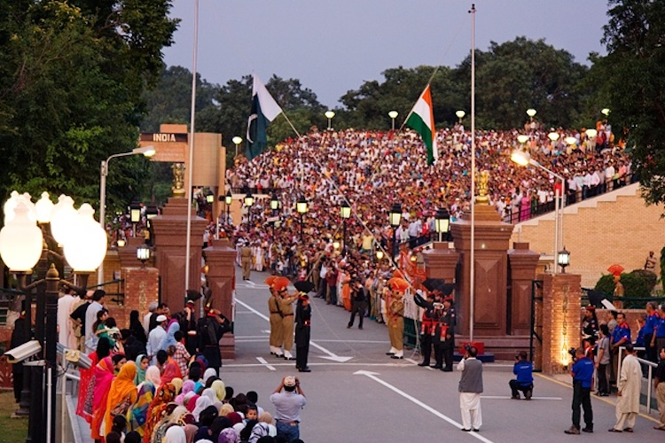 Photo: The evening flag lowering ceremony at the India-Pakistan International Border near Wagah. (August 2007) Source: CC BY-SA 3.0
