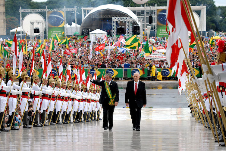Photo: Lula climbs the ramp leading to the Palácio do Planalto, with Vice President José Alencar, for the official ceremony marking the beginning of their second term, in 2007. CC BY 3.0 br